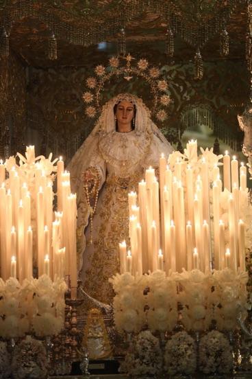 ¡No hay suficiente corona para coronar tu grandeza, Rocío! Reina sin dolor que salpica a Málaga del Rocío de su Gracia