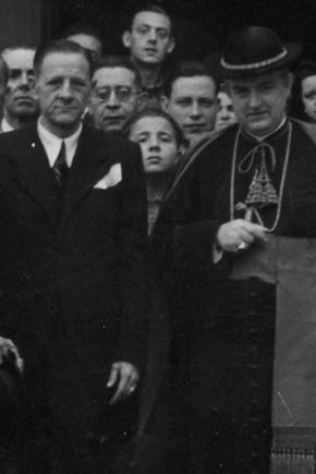 D. Manuel Sánchez Pérez y el Obispo D. Balbino Santos en la puerta de la aún Ermita de San Lázaro