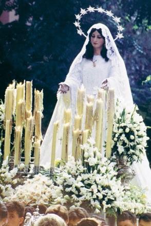 La Virgen del Rocío pernoctaba en la noche del sábado de Pentecostés en una capilla callejera del barrio de Pinosol. Años ochenta